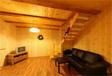 Коттедж №2, гостиная и лестница